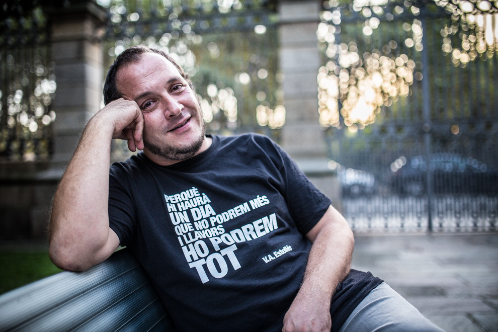 El ja exdiputat de la CUP, David Fernàndez, somriu en un dels jardins on està mig prohibit sortir dels entorns del Parlament de Catalunya / JORDI BORRÀS