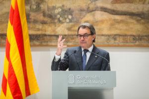 """Artur Mas, en roda de premsa, anunciant el seu """"pas al costat"""" / JORDI BORRÀS"""