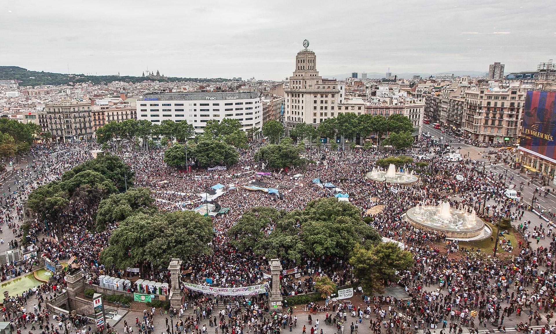 La plaça Catalunya, plena d'activistes durant el 15-M / JORDI BORRÀS