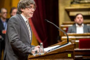 El president del govern, Carles Puigdemont. Al fons, es veu Oriol Junqueras, líder d'ERC / JORDI BORRÀS