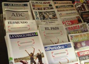"""Les portades dels diaris generalistes, a excepció d""""El Punt Avui' i de l""""Ara', amb una publicitat a tota pàgina del Banc Santander / BRUNO SOKOLOWICZ"""