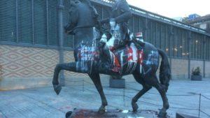 Pintades a l'estàtua de Franco decapitat al Born, a Barcelona / EL MÓN A RAC1