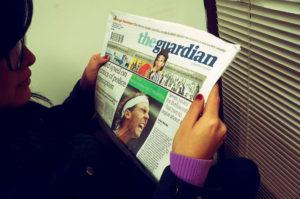 Dona llegint el Guardian