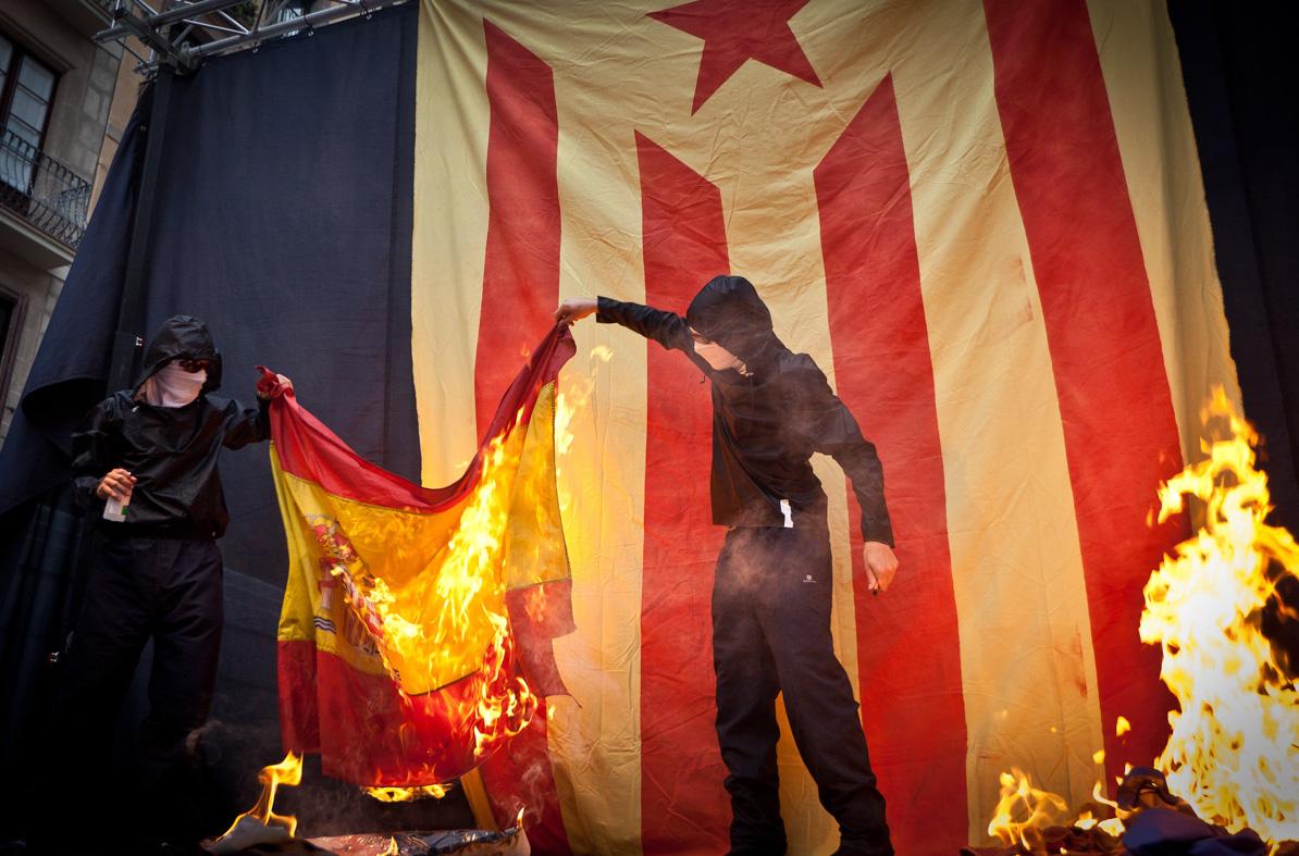 Crema d'una bandera espanyola per part d'activistes de l'esquerra independentista / JORDI BORRÀS