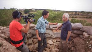 El periodista Carles Costa i el càmera Marc Juan, gravant el programa 'Trinxeres' de TV3 / XAVI VILA
