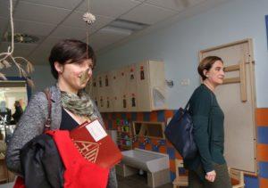 Laia Ortiz i Ada Colau, en una visita a una escola bressol municipal / AJUNTAMENT DE BARCELONA