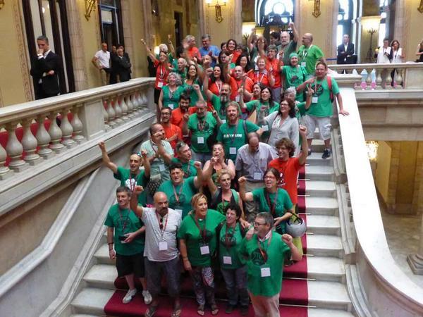 Membres de les entitats promotores de la ILP del dret a l'habitatge, a les escales del Parlament, el dia de l'aprovació / Marc Serra