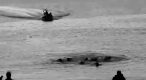 Fragment del documental amb migrants a l'aigua davant la platja del Tarajal / DESC i METROMUSTER