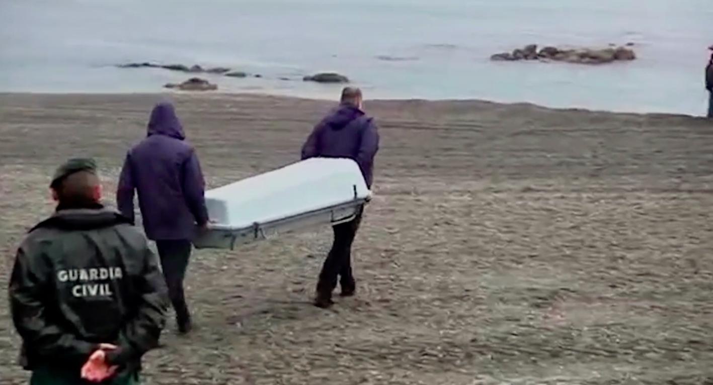 Fragment del documental amb un taüt a la platja / DESC / METROMUSTER