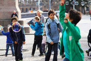 Recuperar el carrer com espai de joc espontani és una de les claus per repensar la ciutat. Foto: Sharon Ang