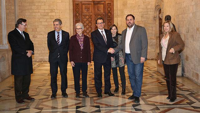 Fotografia de grup a l'acabar l'acord d'ahir al Palau de la Generalitat