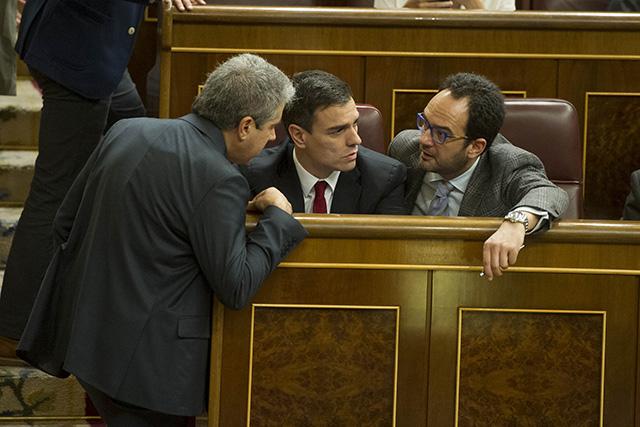 Francesc Homs conversa amb Pedro Sánchez al Congrés. Foto: PSOE