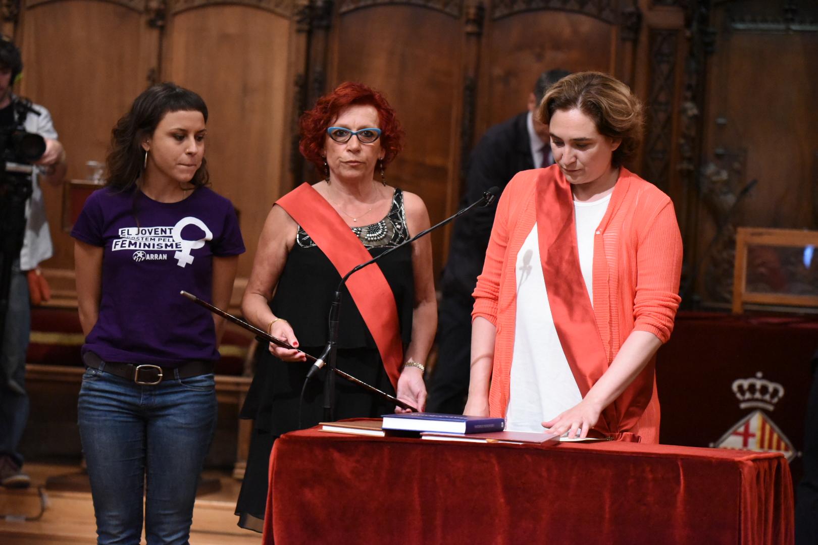 La regidora de la CUP, Maria Rovira, la regidora d'ERC Trini Capdevila i l'alcaldessa de Barcelona, Ada Colau. Foto: Ajuntament BCN