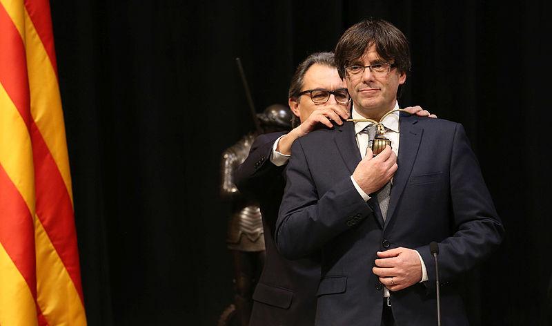 El president Mas imposa la medalla al president Puigdemont. Foto: Generalitat de Catalunya