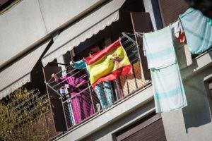 Bandera espanyola penjada en un balcó / JORDI BORRÀS