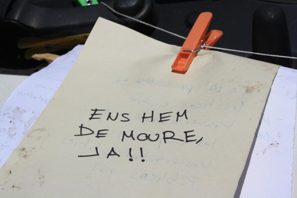 """Un lema en una plaça del moviment del 15-M: """"Ens hem de moure ja"""" / NÚRIA"""