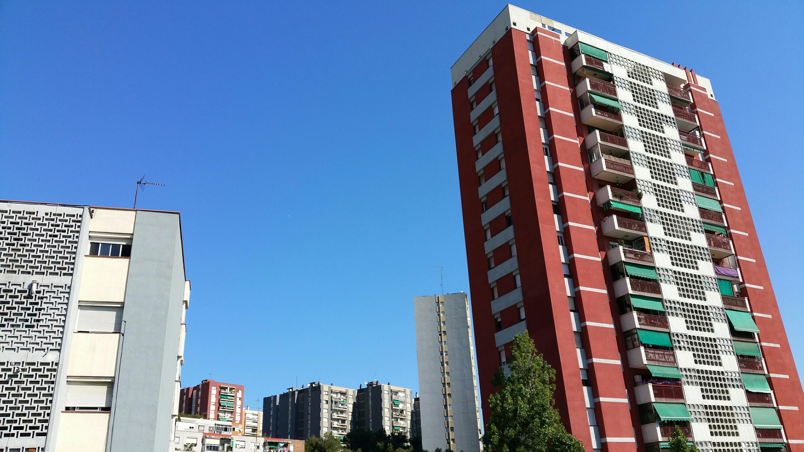 Bloc de pisos en una localitat de l'àrea metropolitana de Barcelona / SERGI PICAZO