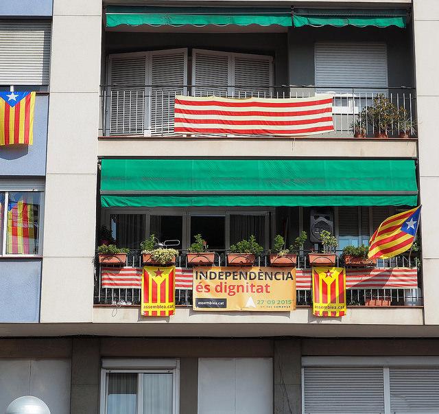 Bloc de pisos a la Meridiana durant la manifestació de l'Onze de Setembre / Teresa Grau Ros
