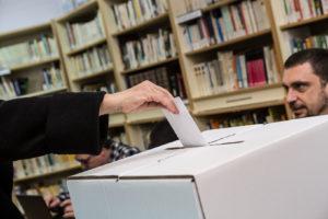 Votació en una consulta a Barcelona / JORDI BORRÀS