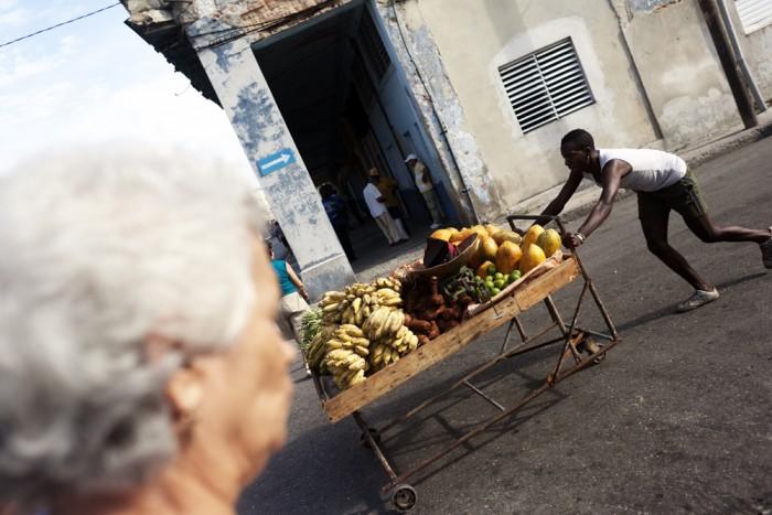 Un home arrossega un carro de fruita / XAVI HERRERO