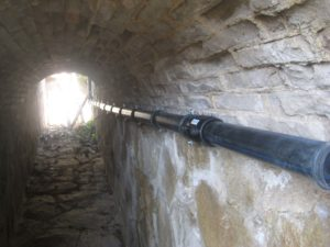 Tubs d'aigua en un túnel a Arenys de Munt / CRÍTIC