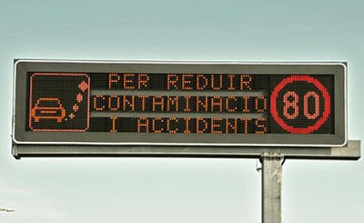 Panell lluminós per informar dels límits de velocitat als accessos a Barcelona, que es van implantar durant el govern tripartit d'esquerres a Catalunya.
