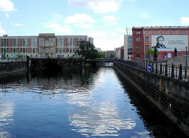 Un canal al centre de Berlín / Foto: Madabandon