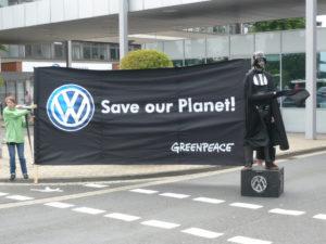 Protesta de Greenpeace davant la factoria de VolksWagen a Wolfsburg, l'any 2011 / GuenterHH