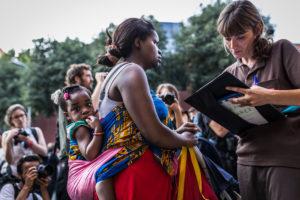 Immigrants atesos per serveis socials. Foto: Jordi Borràs