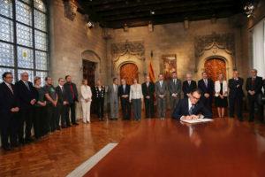 Signatura del decret de convocatòria de la consulta del 9N.