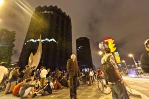 Protesta davant de les oficines principals de Caixbank, a Barcelona / JORDI BORRÀS