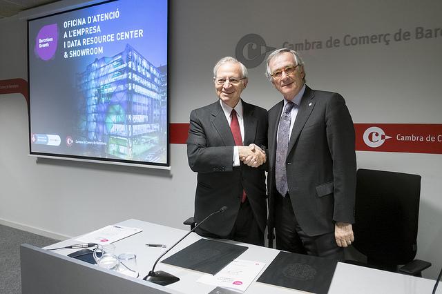 L'alcalde Trias i el president de la Cambra de Comerç de Barcelona, Miquel Valls, signen l'acord a les oficines de la Cambra / CAMBRA DE COMERÇ