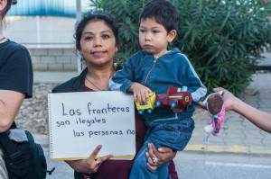 Un dona i el seu fill protesten contra l'expulsió d'immigrants, a Barcelona / JOSEP SALIP