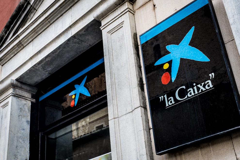 El logo de l'estrella, obra de Joan Miró, en una oficina de La Caixa / JORDI BORRÀS
