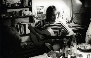 Ovidi cantant entre amics a casa d'Antoni Miró a Altea. Font: Arxiu Personal d'Antoni Miró.