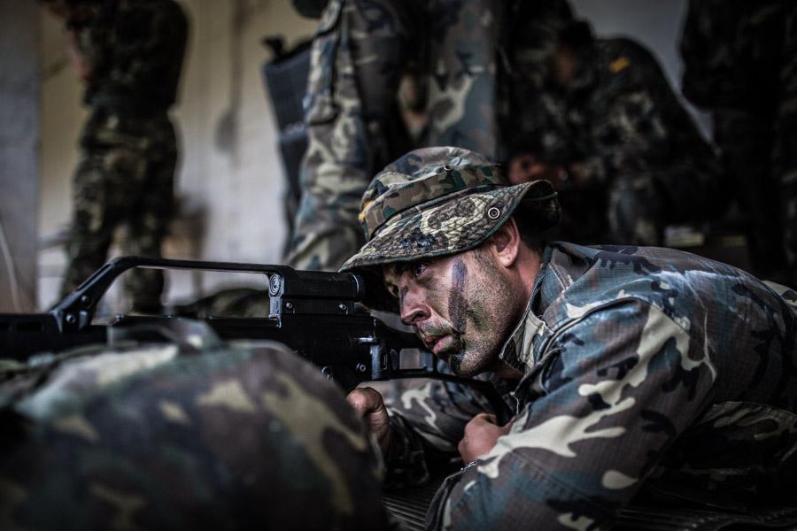 Un soldat dispara un tret en un entrenament militar / JORDI BORRÀS