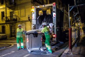 Treballadors de la neteja en un barri de Barcelona / JORDI BORRÀS