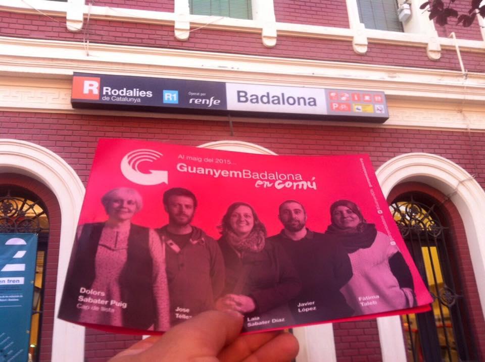 Pamflets electorals repartits per membres de Guanyem Badalona en Comú a l'estació de tren / GBeC