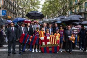 Jugadors i directius del Barça, durant una ofrena floral del club / JORDI BORRÀS