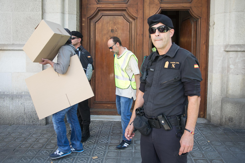 Agents de la Guàrdia Civil surten de l'escorcoll a la seu de la fundació CatDem / CARLOS MORENO