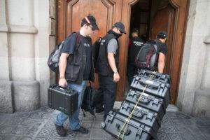Més agents de la Guardia Civil entrant a la seu de la fundació CatDem / CARLOS MORENO