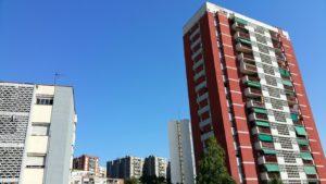 Blocs de pisos al barri de la Mina, de Sant Adrià de Besòs / SERGI PICAZO