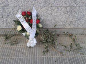 Flors en record per la mort de Yassir davant de la comissaria dels Mossos del Vendrell / XARXA PENEDÉS