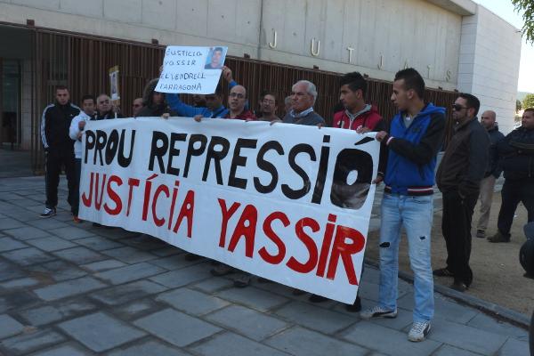 Concentració del grup de suport a Yassir als jutjats del Vendrell / XARXA PENEDÉS
