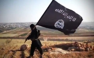 Membre de l'anomenat Estat Islàmic amb la seva bandera / ARXIU