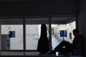 Un alumne a l'interior del Conservatori del Liceu. / XAVI HERRERO