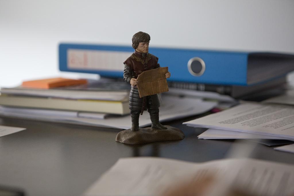 Figureta de Tyron Lannister sobre la taula del despatx de Pablo Iglesias on atenia entrevistes / DAVID SABADELL