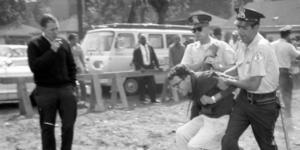 Bernie Sanders detingut per la policia després d'una protesta del moviment pels drets civils als anys 60 / CHICAGO TRIBUNE