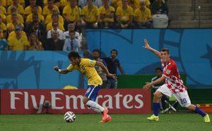 Neymar, amb la samarreta del Brasil, corre amb un anunci de Fly Emirates al darrere a la Copa del Món / AGENCIA BRASIL