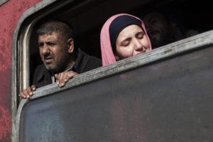 Dona plorant en un tren ple de refugiats sortint del camp de refugiats de Gevgelija, a Macedònia, fa un parell de setmanes / XAVI HERRERO